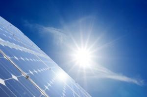 Solarzelle nimmt Sonnenstrahlen auf
