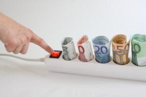 Geldscheine  stecken in einer Stromsteckerleiste