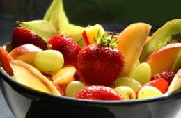Der Artikel betont die Dichte an Obstsalat im Juli.