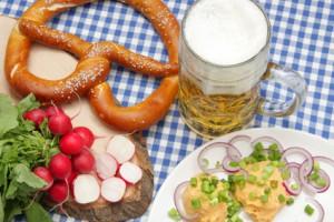 Münchner Mahlzeit mit Bier, Brezel und Obazda