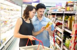 Paar kauft BioProdukte