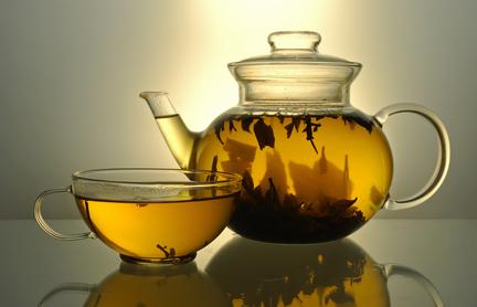 Eine Kanne und eine Tasse voller Tee