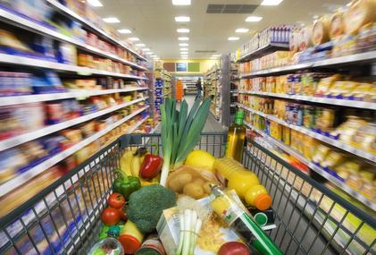 Ein Einkaufswagen voll mit Bio-Produkten