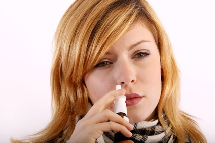 Der Artikel vergleicht Nasenspray mit Kombipräparaten.
