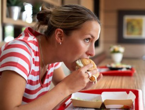 Frau beißt in einen Burger