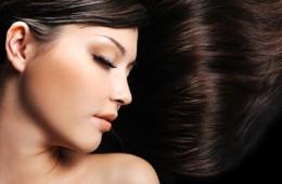 Gefärbte Haare einer jungen Frau