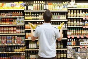 Mann kauft im Supermarkt ein