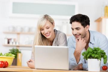 Ein Paar in der Küche informiert sich im Internet