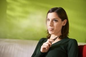 Eine junge Frau mit einer e-Zigarette