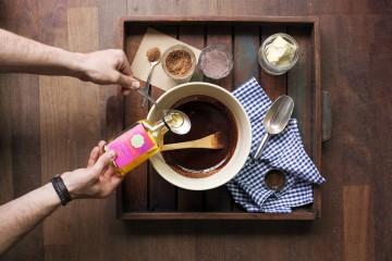 Ganz pur: Für selbstgemachte Schokolade sind nur wenige Zutaten nötig. Foto: djd/www.CHOCQLATE.com
